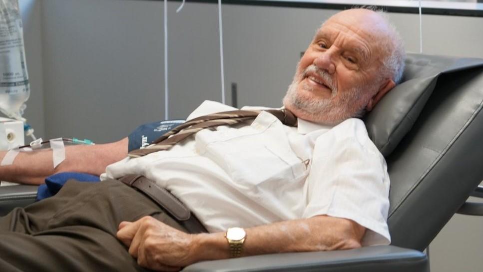 """Мъжът със """"златната ръка"""" е спасил над 2 млн. бебета с кръвта си"""
