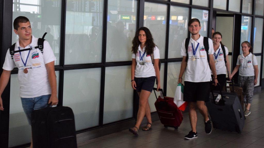 Звездно посрещане за медалистите по лингвистика, които посветиха успехите си на Боян Петров