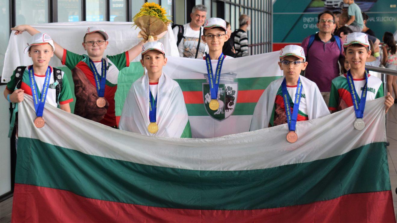 """Българските шампиони по математика се прибраха с 11 медала от """"Турнирът на шампионите"""" в Тайланд"""