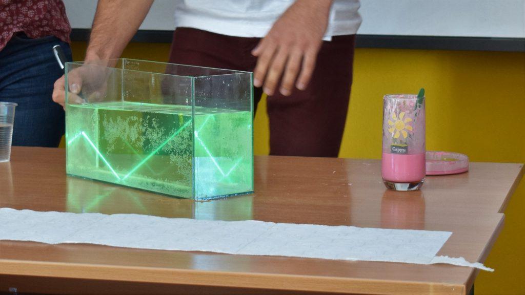 """Цветна, вряща, мъничка, наелектризираща, евтина… """"Наука на сцената"""" в Севлиево"""