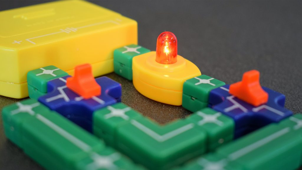 Игра на наука: Експерименти с електричество и как да си направим девиаторен ключ с Thames & Kosmos