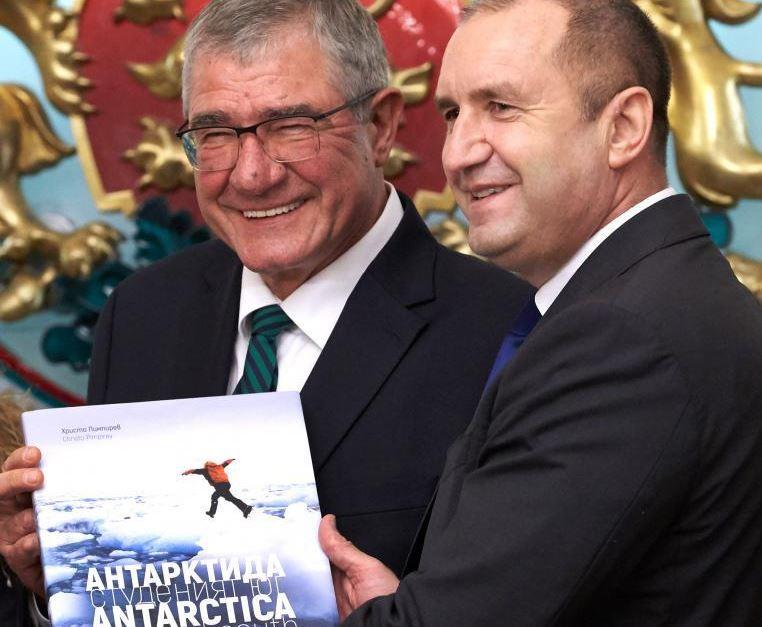 Румен Радев връчи националното знаме на проф. Христо Пимпирев преди 27-ата антарктическа експедиция