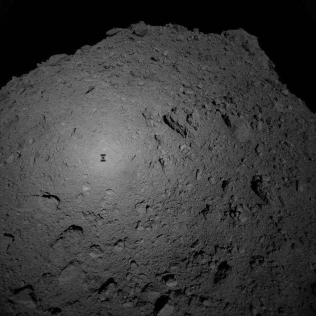 След 10 дни японският апарат Hayabusa2 ще кацне на астероида Ryugu и ще вземе проба