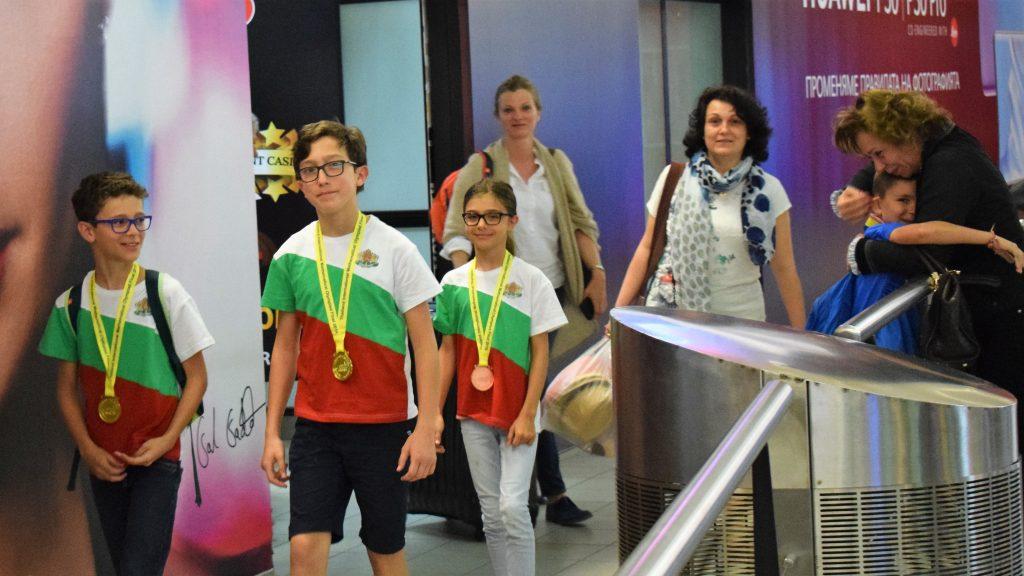 Шампионско посрещане на младите ни математици, спечелили 6 купи и 32 медала от TIMO (снимки)