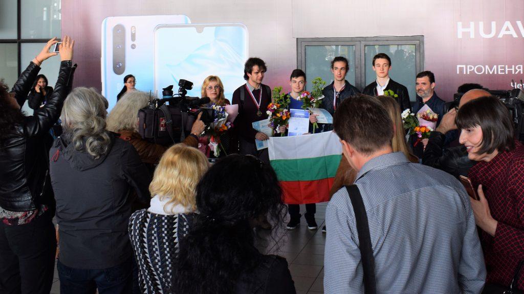 С общо 6 медала се завърнаха българските химици и математици от международните състезания в Русия (снимки)