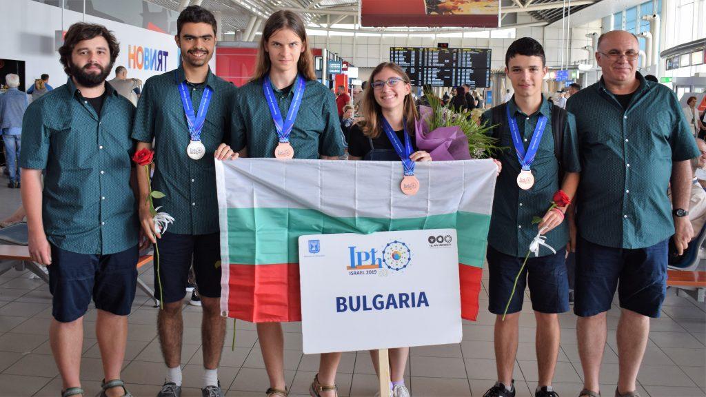 С 2 сребърни и 3 бронзови медала се завърнаха българските физици от Международната олимпиада в Израел