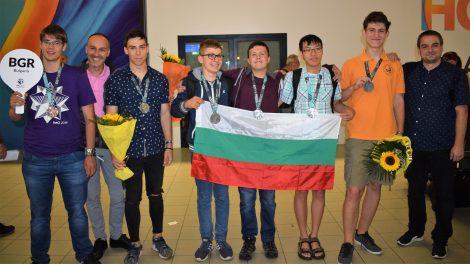 Най-добрите български математици се завърнаха с 6 медала от Международната олимпиада във Великобритания