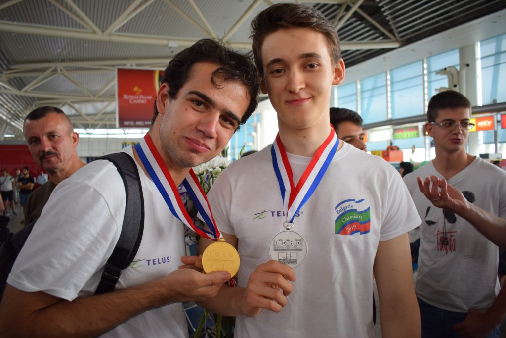 Цветно посрещане за златните български химици, спечелили 4 медала от Международната олимпиада (снимки)