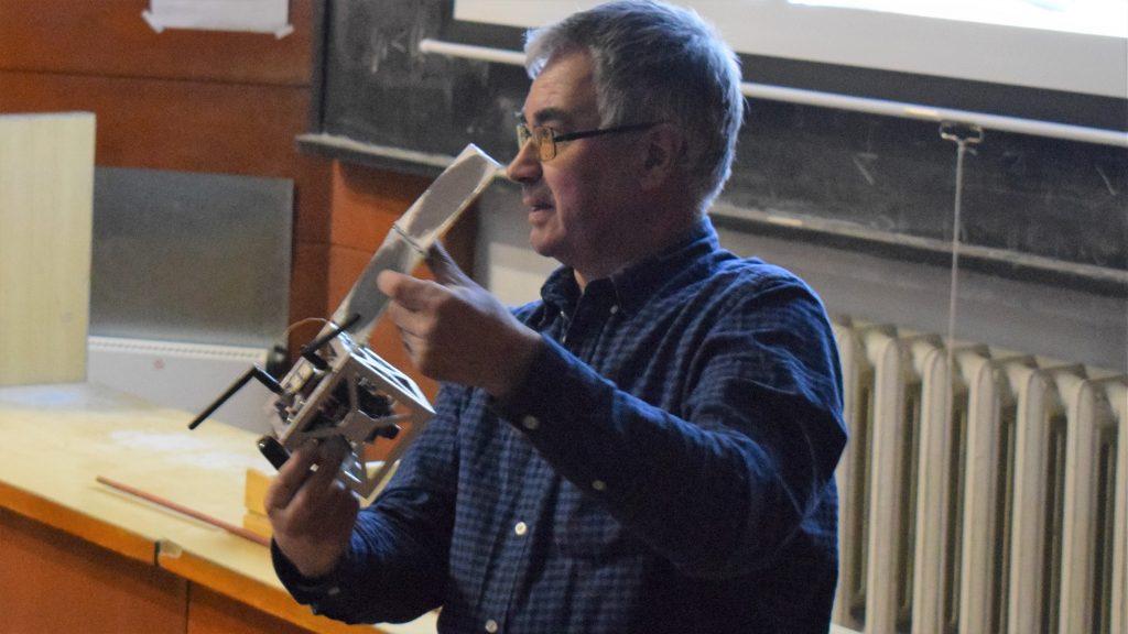 """Видео """"Кръжок по астрономия"""": Доц. Пламен Данков за бъдещето на наноспътниците"""