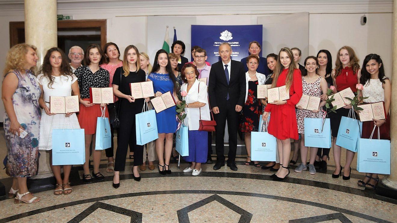 """12 абитуриенти завършили с отличен успех получиха отличието на МОН """"Национална диплома"""""""