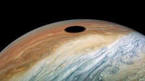 Космическата сонда Juno засне пълно слънчево затъмнение на Юпитер