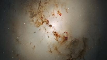 В центъра на NGC 1316: След сблъсъка на две галактики (Астрономическа снимка на деня – APOD)