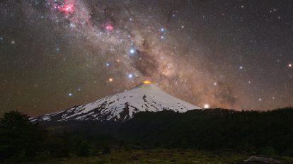 Южният кръст над чилийски вулкан (Астрономическа снимка на деня – APOD)
