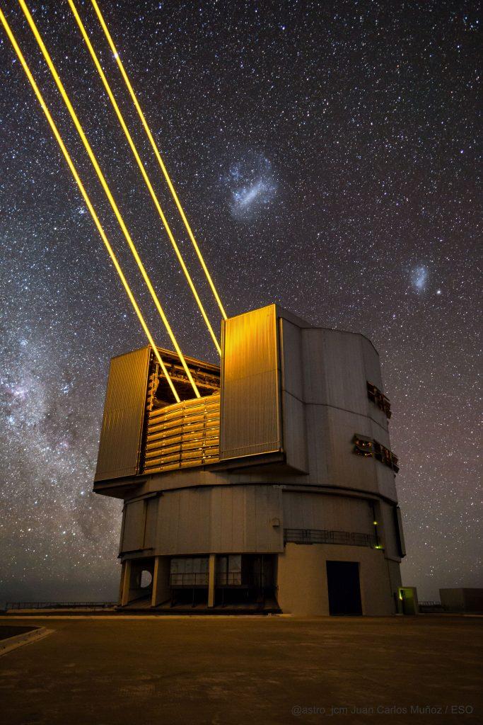 Лазерен огън укротява небето (Астрономическа снимка на деня – APOD)