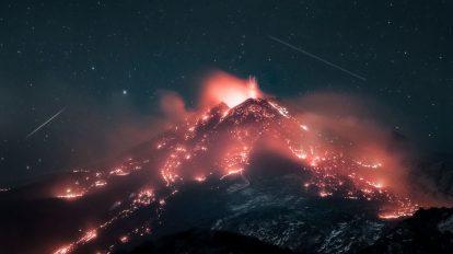 Звезди над изригващ вулкан (Астрономическа снимка на деня – APOD)