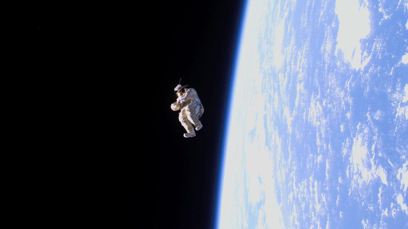 SuitSat-1: Свободно летящ космически скафандър (Астрономическа снимка на деня – APOD)