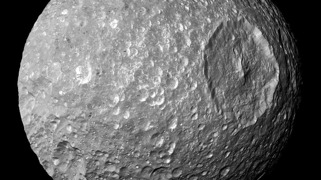 Мимас: Малък спътник с голям кратер (Астрономическа снимка на деня – APOD)