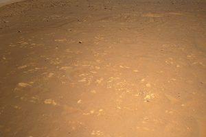 Марсоходът Perseverance, заснет от хеликоптера Ingenuity (Астрономическа снимка на деня – APOD)