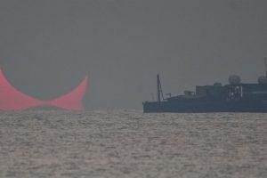 Изкривено затъмнение при изгрев (Астрономическа снимка на деня – APOD)