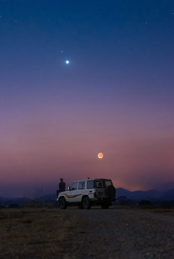 Любов и война на лунна светлина (Астрономическа снимка на деня – APOD)