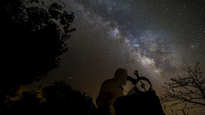 По протежение на Млечния път… (Астрономическа снимка на деня – APOD)