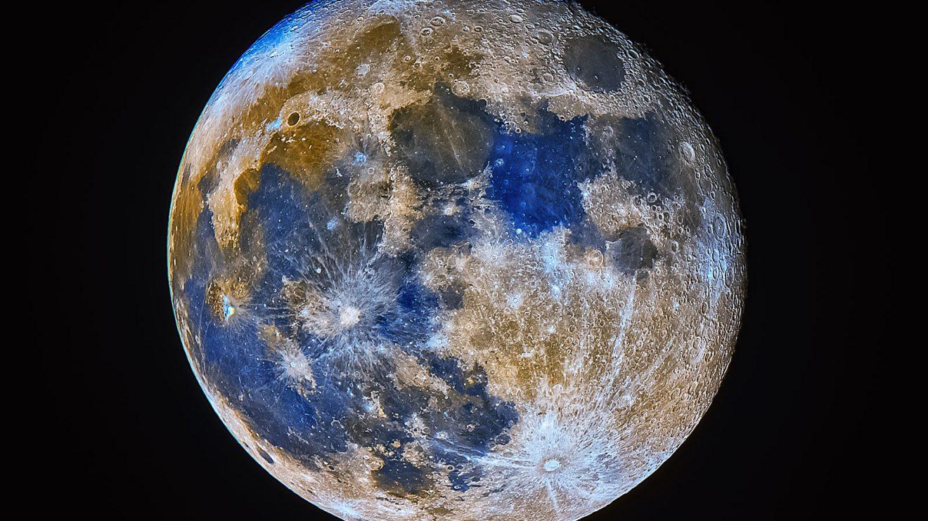 Синя Луна в подсилени цветове (Астрономическа снимка на деня – APOD)