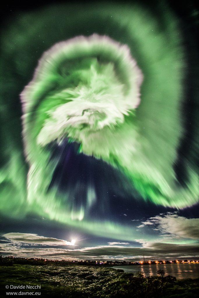 Спирално сияние над Исландия (Астрономическа снимка на деня – APOD)