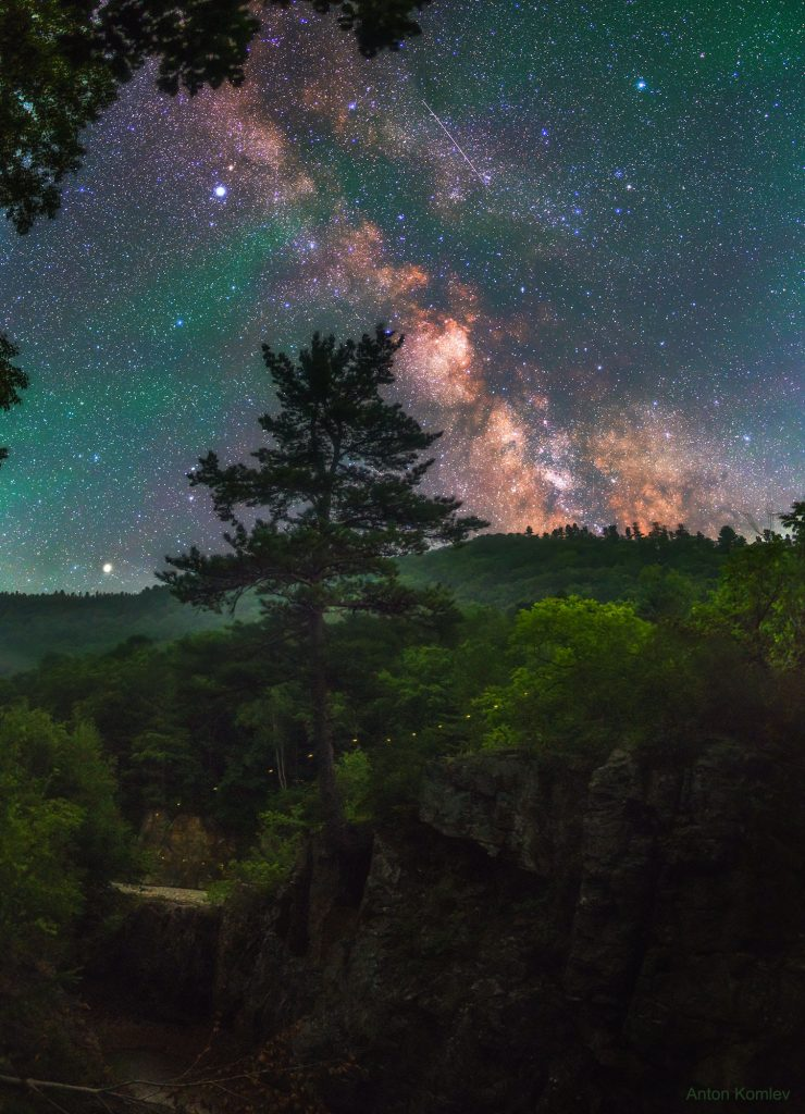 Светулка и Млечен път над Русия (Астрономическа снимка на деня – APOD)