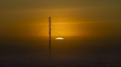 Изгрев на Слънцето, заснет от Южния полюс (Астрономическа снимка на деня – APOD)