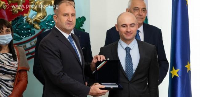 """Президентът награди учени, учители и ученици в областта на компютърните науки с Награда """"Джон Атанасов"""" 2021"""